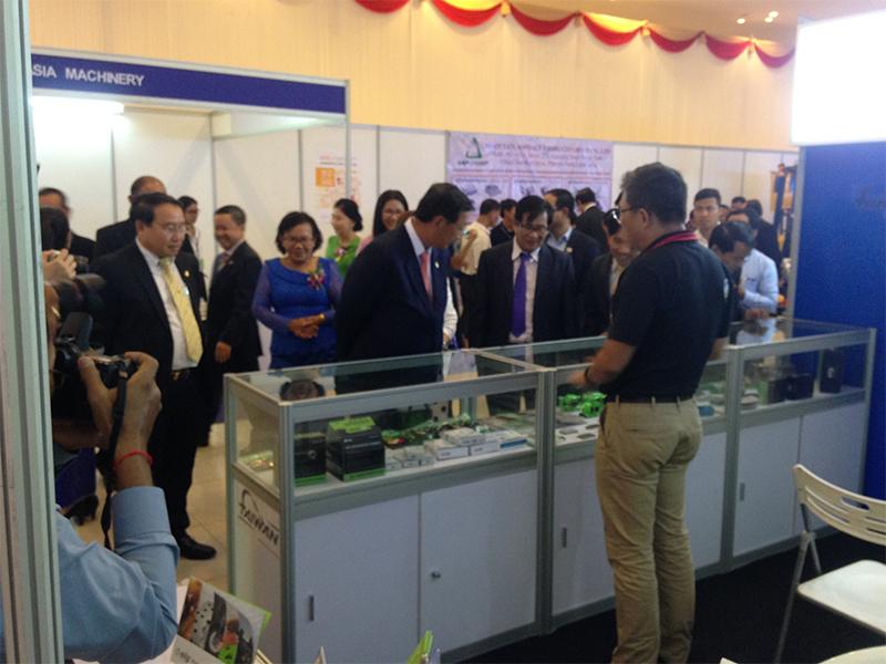 Lãnh đạo cấp cao Campuchia tham quan sản phẩm tại gian hàng Elig.